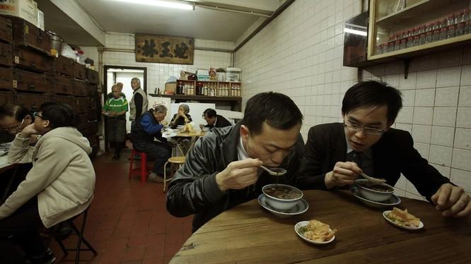 Thực khách thưởng thức món súp rắn trong một nhà hàng ở Hong Kong, Trung Quốc (Ảnh: RT)