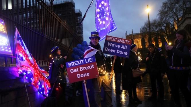 Những người phản đối Brexit tuần hành bên ngoài tòa nhà Hạ viện ở London, Anh (Ảnh: Reuters)
