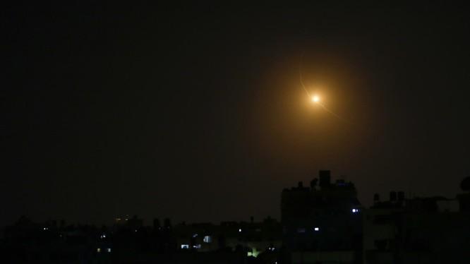 Nhiều rocket được cho là phóng từ Dải Gaza sang lãnh thổ Israel trong đêm 30/1 (Ảnh: RT)