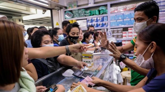 Người dân đổ xô đi mua khẩu trang phòng virus Corona chủng mới tại một cửa hiệu thuốc ở Manila, Philippines (Ảnh: Reuters)