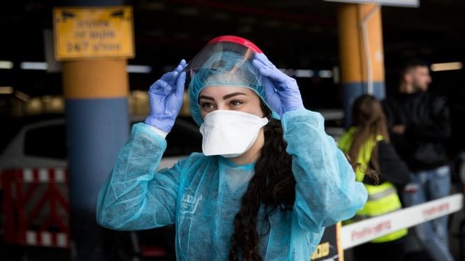 Nhân viên Trung tâm Y tế Shaare Zedek Medical (Jerusalem) mang đồ phòng hộ chuẩn bị khám cho một phụ nữ Trung Quốc nghi nhiễm virus corona (Ảnh: Israel21c)