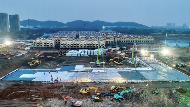 Khu vực xây dựng bệnh viện dã chiến 1.000 giường tại Vũ Hán, Hồ Bắc, Trung Quốc (Ảnh: Bangkok Post)