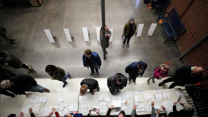 Các cử tri tham gia bầu cử theo hình thức họp kín ở Iowa (Ảnh: Reuters)
