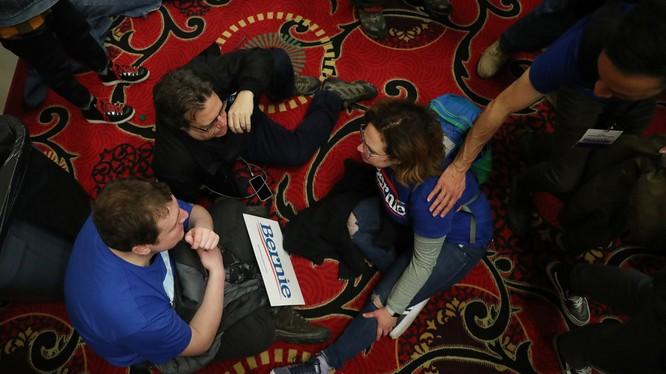 Những người ủng hộ ứng viên Bernie Sanders ngờ rằng đảng Dân chủ muốn tước chiến thắng khỏi tay ông (Ảnh: RT)