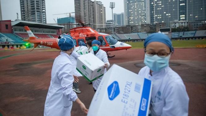 Nhân viên y tế chuyển hàng cung ứng thuốc men tại Vũ Hán, tỉnh Hồ Bắc, Trung Quốc ngày 2/2 (Ảnh: The National)
