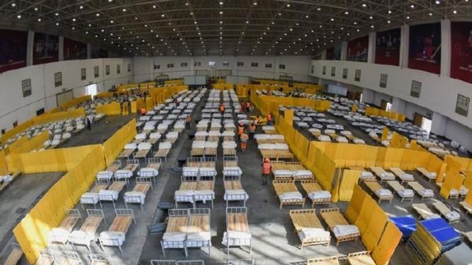 Trong 2 ngày 3 và 4/2, Vũ Hán đã lập thêm 11 bệnh viện tạm để thu nhận, cách ly điều trị và theo dõi những người bệnh nhẹ và nghi nhiễm (Ảnh: hk.on.cc)