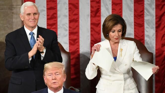 Hình ảnh Chủ tịch Hạ viện Nancy Pelosi xé toạc bản sao Thông điệp liên bang cho thấy thất bại cùng sự phẫn nộ của đảng Dân chủ (Ảnh: DailyBeast)