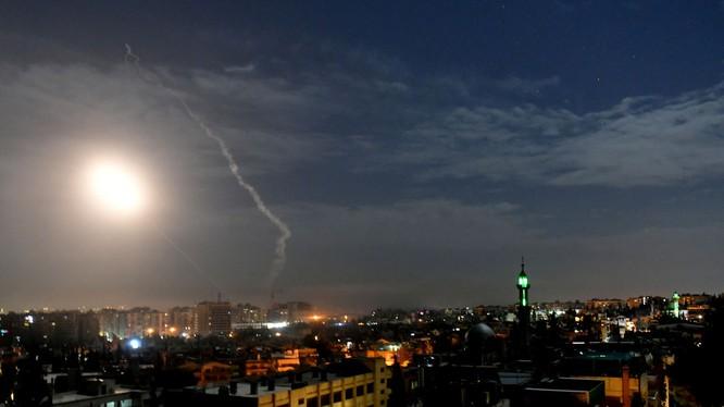 Bầu trời Damascus rực sáng vì đòn tấn công bằng tên lửa nghi do Israel thực hiện (Ảnh: RT)