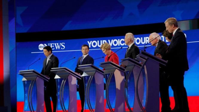 Các ứng viên của đảng Dân chủ trong đêm tranh luận ngày 7/2 (Ảnh: PBS)