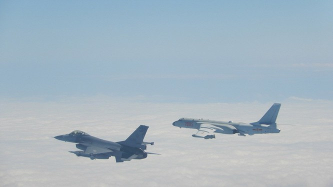 Chiến đấu cơ F-16 của Đài Loan mang tên lửa áp sát máy bay ném bom H-6 của Trung Quốc (Ảnh: focustaiwan)