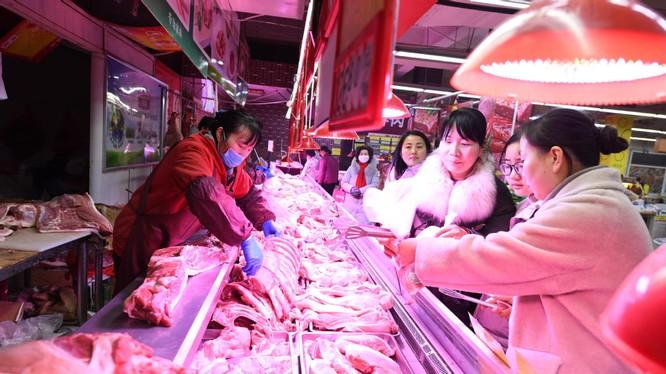 Giá thịt lợn ở Trung Quốc tăng đột biến do gián đoạn nguồn cung và dịch bệnh do nCoV hoành hành (Ảnh: ChinaDaily)