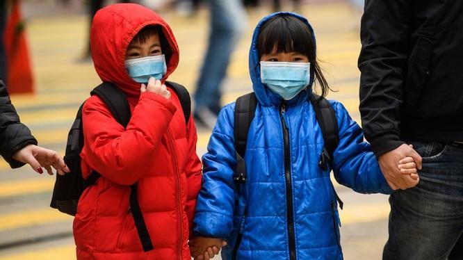 Trẻ em ở Hong Kong, Trung Quốc mang khẩu trang để phòng dịch bệnh do virus corona gây nên (Ảnh: AFP)