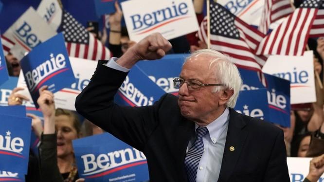 Ứng viên Bernie Sanders ăn mừng chiến thắng sau khi giành vị trí thứ nhất trong cuộc bầu cử sơ bộ ở New Hampshire (Ảnh: Sky News)