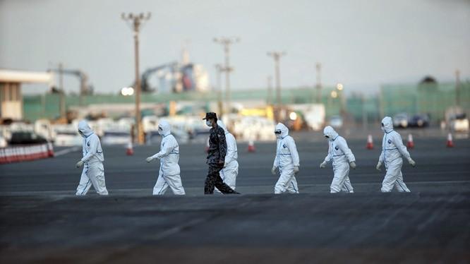 Tình hình ở Vũ Hán vẫn rất nghiêm trọng, lực lượng y tế các nơi tiếp tục được tăng cường tới Vũ Hán (Ảnh AP)