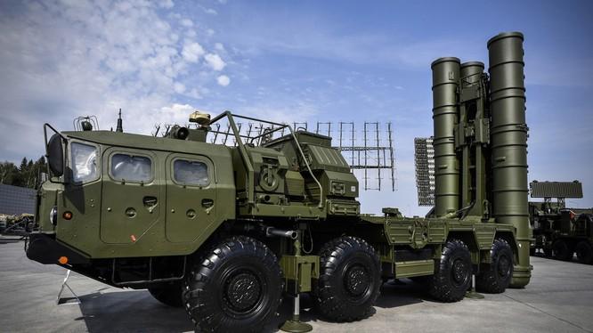 Tổ hợp phòng không S-400 do Nga sản xuất (Ảnh: RT)