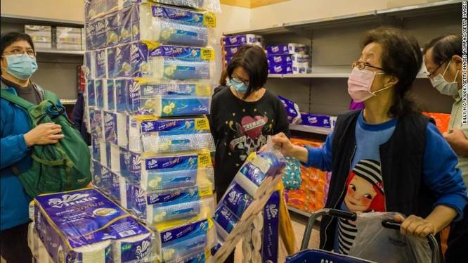 """Người dân Hong Kong trong """"cuộc chạy đua"""" mua giấy vệ sinh trong siêu thị (Ảnh: CNN)"""