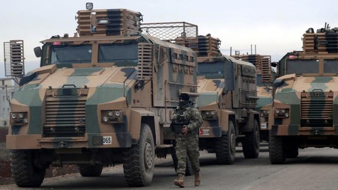Một binh sĩ Thổ Nhĩ Kỳ di cạnh đoàn xe quân sự ở một khu vực gần tỉnh Idlib, Syria (Ảnh: Reuters)