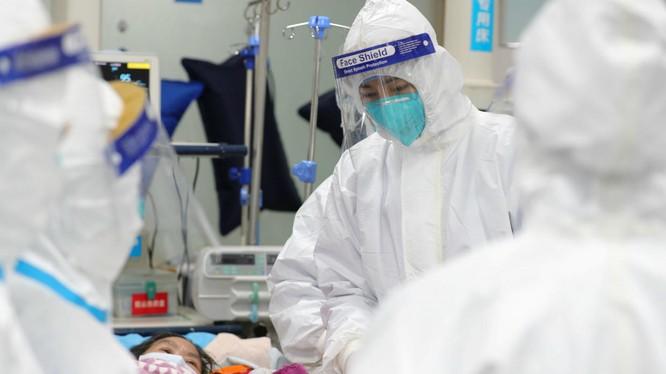 Các bác sĩ thăm khám cho một bệnh nhân nhiễm COVID-19 tại bệnh biện trung ương Vũ Hán (Ảnh: France24)
