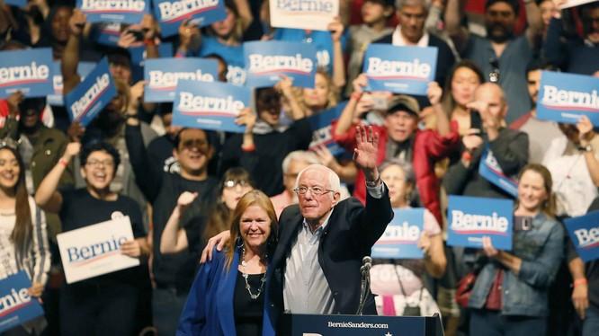 Ông Bernie Sanders cùng vợ, Jane, trong cuộc vận động ở El Paso, Texas hôm 22/2 (Ảnh: Politico)