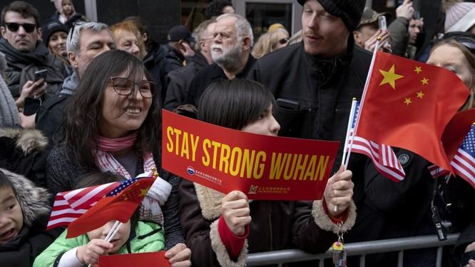 Một biểu ngữ ủng hộ Vũ Hán xuất hiện trong một lễ hội mừng năm mới ở khu người Trung (Chinatown), thành phố New York ngày 9/2 (Ảnh: AP)