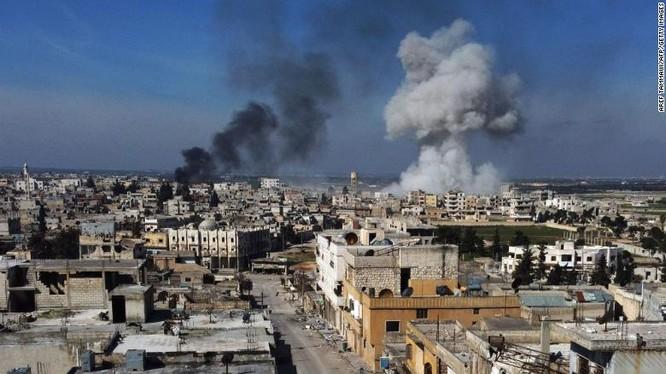 Cột khói bốc lên tại thị trấn Saraqib, phía Đông tỉnh Idlib trong hôm 27/2 (Ảnh: CNN)