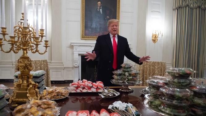 Tổng thống Trump trong bữa tiệc đồ ăn nhanh chiêu đãi đội Clemson Tigers ngày 19/1/2019 (Ảnh: CNBC)
