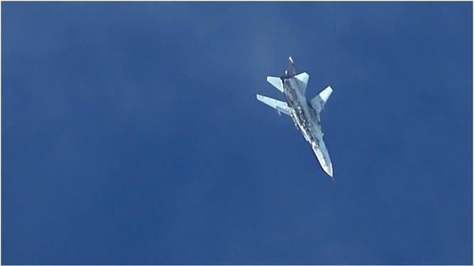Một chiến đấu cơ Su-24 của quân đội Syria bay trên vùng trời thủ đô Damascus (Ảnh: RT)
