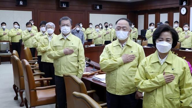 Chính quyền Hàn Quốc tuyên chiến với COVID-19, chi 25 tỷ USD để ngăn dịch (Ảnh: Guardian)