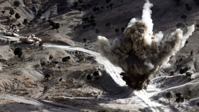 Binh sĩ Mỹ cho nổ một trái bom mà các chiến binh Taliban cài trên một tuyến đường ở Afghanistan (Ảnh: RT)