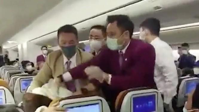 Một bức ảnh chụp cho thấy nữ hành khách Trung Quốc bị khống chế sau khi ho vào nữ tiếp viên của hãng Thai Airways (Ảnh: Handout)