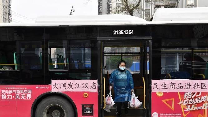 Nghiên cứu mới nhấn mạnh về tầm quan trọng của việc đeo khẩu trang khi di chuyển trên phương tiện công cộng (Ảnh: SCMP)
