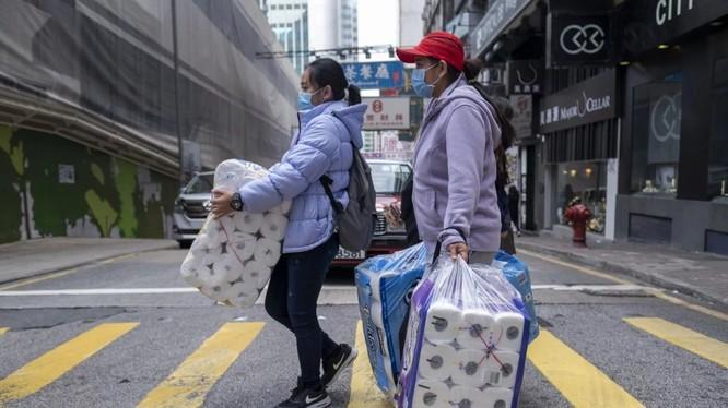 Người dân Hong Kong tích trữ giấy vệ sinh trong bối cảnh dịch COVID-19 (Ảnh: Bloomberg)