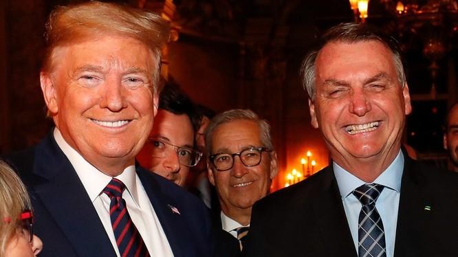Ông Fabio Wajngarten, đứng núp sau ông Trump trong bức ảnh chụp tại bữa tối ở Mar-a-Lago, nhiễm COVID-19 (Ảnh: Guardian)