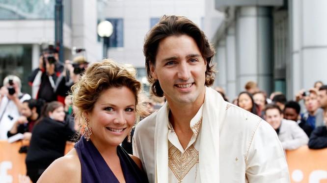 Bà Sophie Grégoire Trudeau đứng cạnh chồng, Thủ tướng Justin Trudeau (Ảnh: Getty)