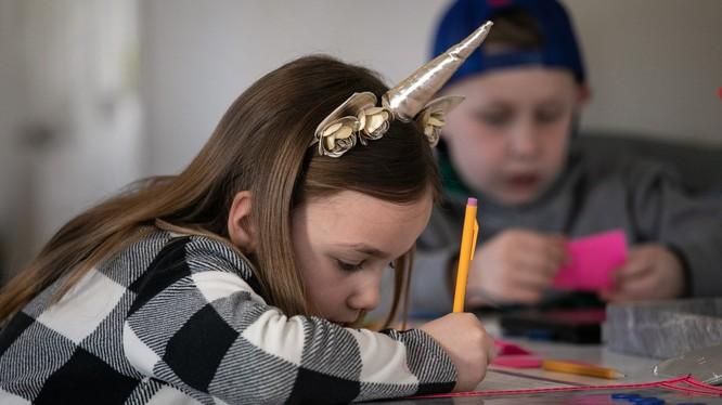 Nhiều nước đóng cửa trường học trong bối cảnh dịch virus corona, trẻ em phải ở nhà (Ảnh: Guardian)