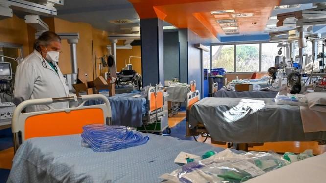 Bác sĩ thăm khám khu điều trị tích cực bệnh nhân COVID-19 tại một bệnh viện ở Rome (Ảnh: AFP)