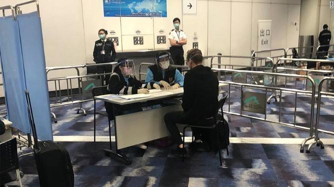 Nhân viên chuyên trách cách ly cuar Hong Kong phỏng vấn nhà báo Will Ripley của hãng CNN (Ảnh: CNN)