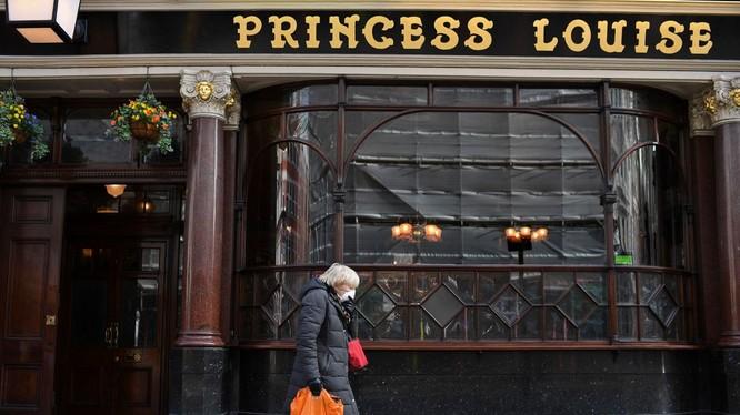 Chính phủ Anh chỉ thị đóng cửa nhà hàng, quán bar, hỗ trợ 80% lương công nhân viên thất nghiệp (Ảnh: CNN)