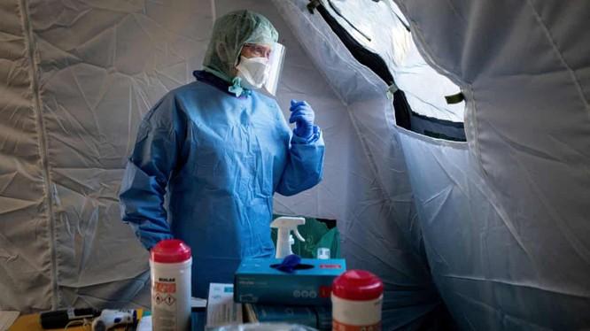 Bác sĩ chờ bệnh nhân COVID-19 trong một căn lều đặc biệt gần bệnh viện ở Lublin, Ba Lan (Ảnh: Reuters)
