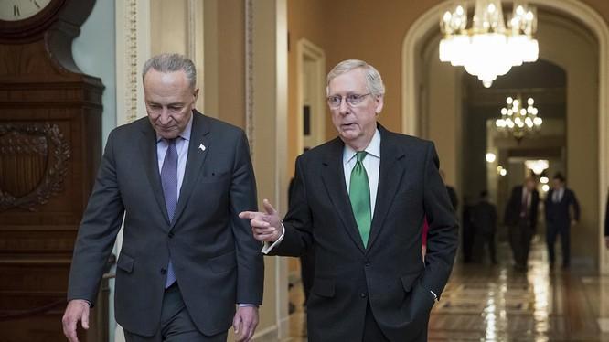 Thủ lĩnh phe thiểu số Chuck Schumer (trái) và Thủ lĩnh phe đa số tại Thượng viện Mitch McConnell rất nỗ lực để thông qua gói cứu trợ (Ảnh: Politico)
