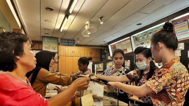 Khách nườm nườm tới mua Jamu tại cửa hiệu Jamu Bukti Mentjos, Jakarta (Ảnh: SCMP)