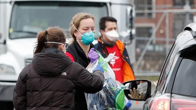 Một phụ nữ quyên góp đồ bảo hộ y tế ở Chicago, bang Illinois (Ảnh: AFP)