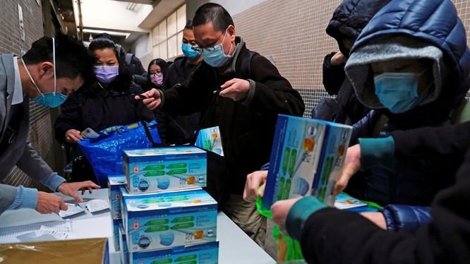Người dân Hong Kong xếp hàng mua khẩu trang phòng COVID-19 (Ảnh: Reuters)
