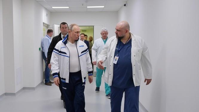 Tổng thống Putin nói chuyện với bác sĩ Denis Protsenko lúc tới thăm cơ sở điều trị bệnh nhân COVID-19 (Ảnh: RT)