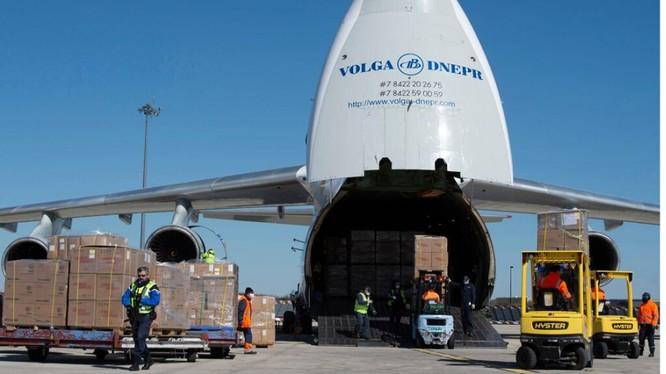Một chuyến bay chở trang thiết bị y tế do Trung Quốc sản xuất tới Pháp (Ảnh: AP)