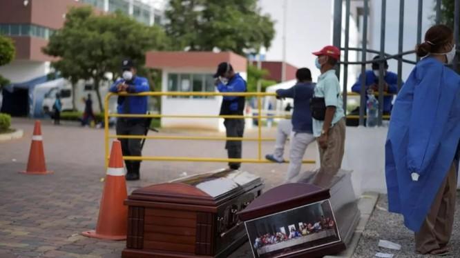 Quan tài đặt ngay trước cổng mọt bệnh viện ở thành phố Guayaquil, Ecuador (Ảnh: France24)