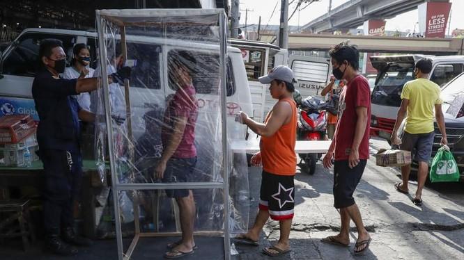 Một chốt kiểm soát dịch COVID-19 tại một khu chợ ở Manila, Philippines (Ảnh: AP)