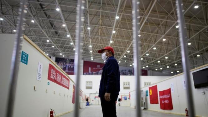 Tình nguyện viên bên trong một bệnh viện dã chiến điều trị COVID-19 ở Vũ Hán, Trung Quốc (Ảnh: Reuters)