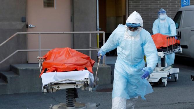 Nhân viên y tế chuyển thi thể người chết do COVID-19 khỏi một cơ sở y tế ở Brooklyn, New York, Mỹ (Ảnh: Reuters)