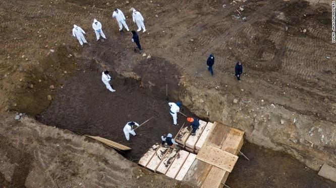 Một bức ảnh chụp từ drone cho thấy cảnh chôn cất tập thể trên đảo Hart ở New York (Ảnh: CNN)